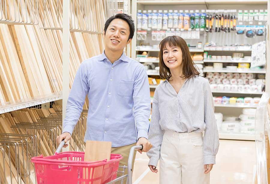 オンライン婚活パーティー_ホームセンターで買い物をするカップル