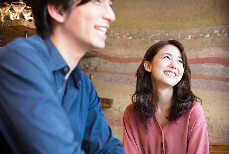 オンライン婚活パーティー_微笑み合うカップル